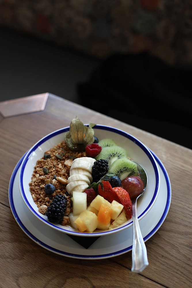 flax and kale restaurant barcelona granola bowl