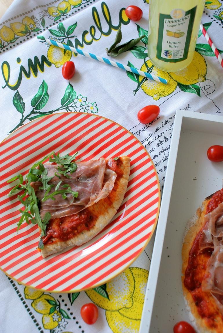Pizza sans gluten avec prosciutto et roquette
