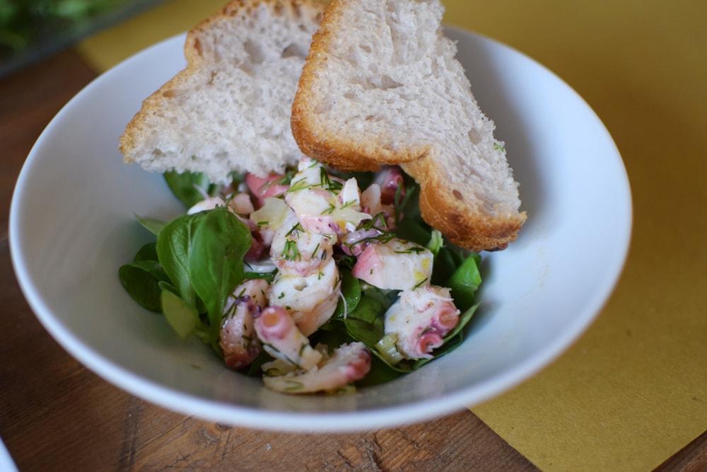 très bonne salade avec pain frais sans gluten chez puglia bakery milan