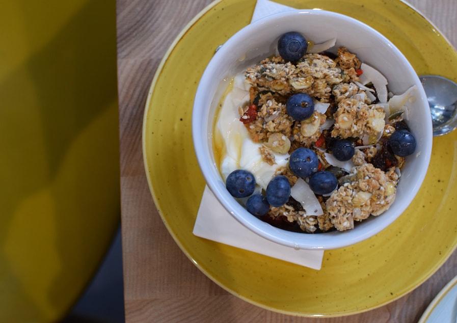 granola fait maison avec yaourt grec et myrtilles